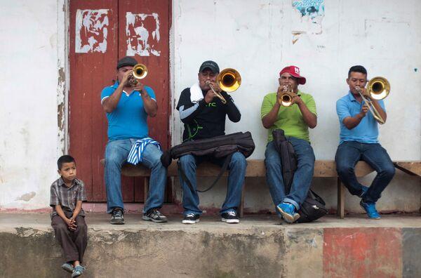 Hudebníci hrají na ulici na počest svátku San Juan de Oriente, Nikaragua - Sputnik Česká republika