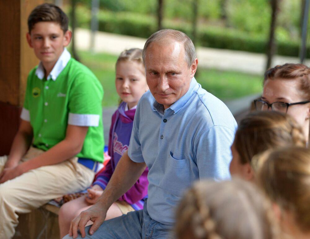 Prezident RF Vladimir Putin v mezinárodním dětském táboru Artek