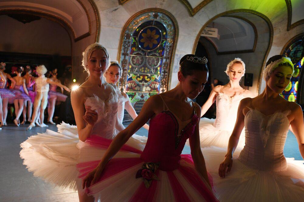 Tanečníci Kremelského baletu Státního Kremelského paláce na nočním koncertu pro fotbalové fanoušky