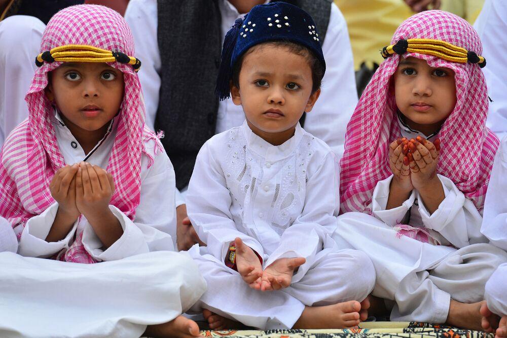 Mladí indičtí muslimové se účastní modlitby v Bengalúru