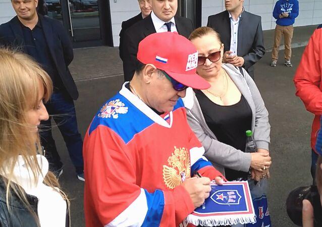 Maradona navštívil Hokejové městečko SKA. Video