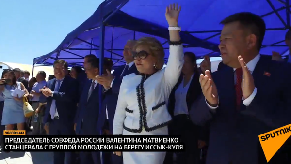Matvijenková tancovala na břehu jezera Issyk-kul - Sputnik Česká republika
