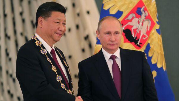 Ruský prezident Vladimir Putin s čínským lídrem Si Ťin-pchingem - Sputnik Česká republika