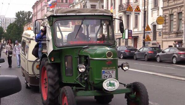 Německý důchodce přijel traktorem do Petrohradu - Sputnik Česká republika