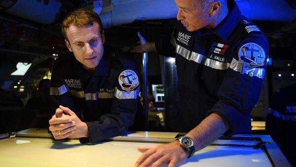 Francouzský prezident Emmanuel Macron v ponorce - Sputnik Česká republika