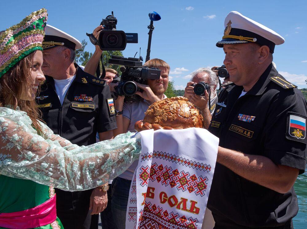 Nový kus vojenské techniky přivítal v přístavu velitel Černomorské flotily Alexandr Vitko