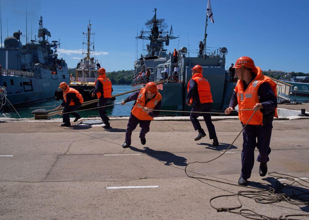 Přivázání fregaty Admirál Essen v Sevastopolu