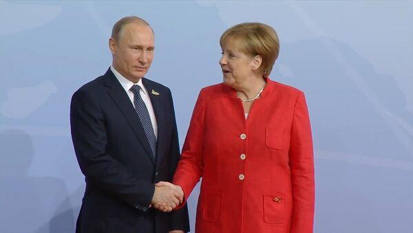Putin a Merkelová si podali ruce na setkání účastníků G20 - Sputnik Česká republika