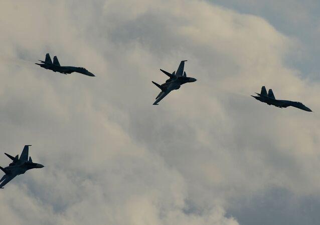 Stíhačky Su-34 během demonstračního programu mezinárodního vojensko-technického fóra Armáda 2015.