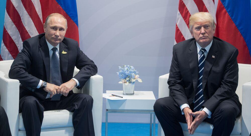 Ruský prezident Vladimir Putin a americký prezident Donald Trump během schůzky v Hamburku