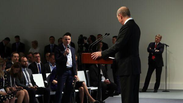 Vladimir Putin během tiskové konference v Hamburku - Sputnik Česká republika