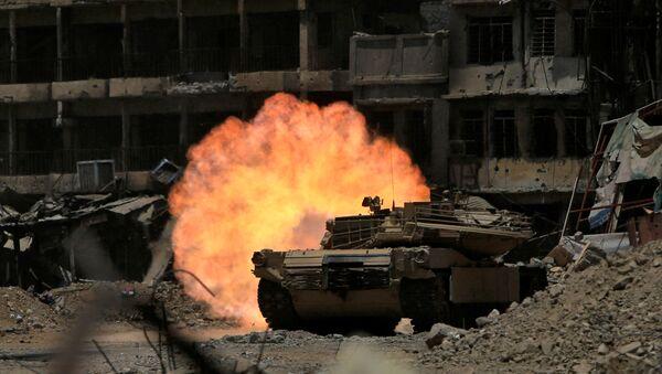 Tankové ostřelování bojovníků v Mosulu, Irák - Sputnik Česká republika