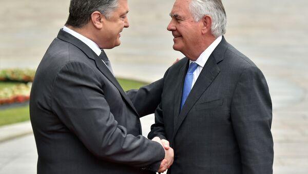 Ukrajinský prezident Petro Porošenko a ministr zahraničních věcí USA Rex Tillerson - Sputnik Česká republika