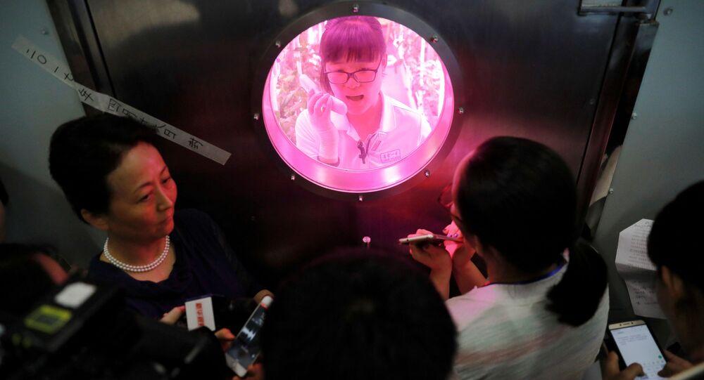 Studenti se připravují na experiment v laboratoři Jegun v Číně