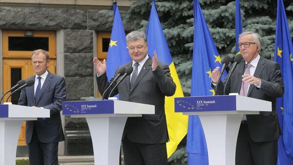 Donald Tusk, Petro Porošenko, Jean-Claude Juncker - Sputnik Česká republika