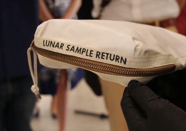 V aukci bude vydražena taška Neila Armstronga s měsíčním prachem