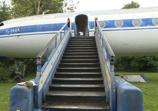 Zanedbané sovětské letadlo převezou ze zahrady do muzea