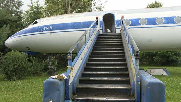 Zanedbané sovětské letadlo převezou ze zahrady do muzea - Sputnik Česká republika