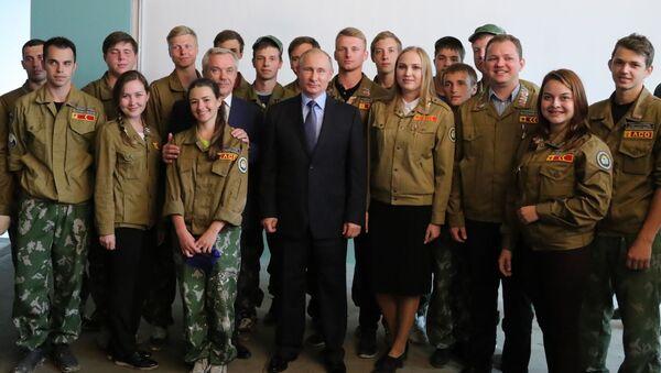 Ruský prezident během setkání s účastníky studentského stavebního oddílu - Sputnik Česká republika