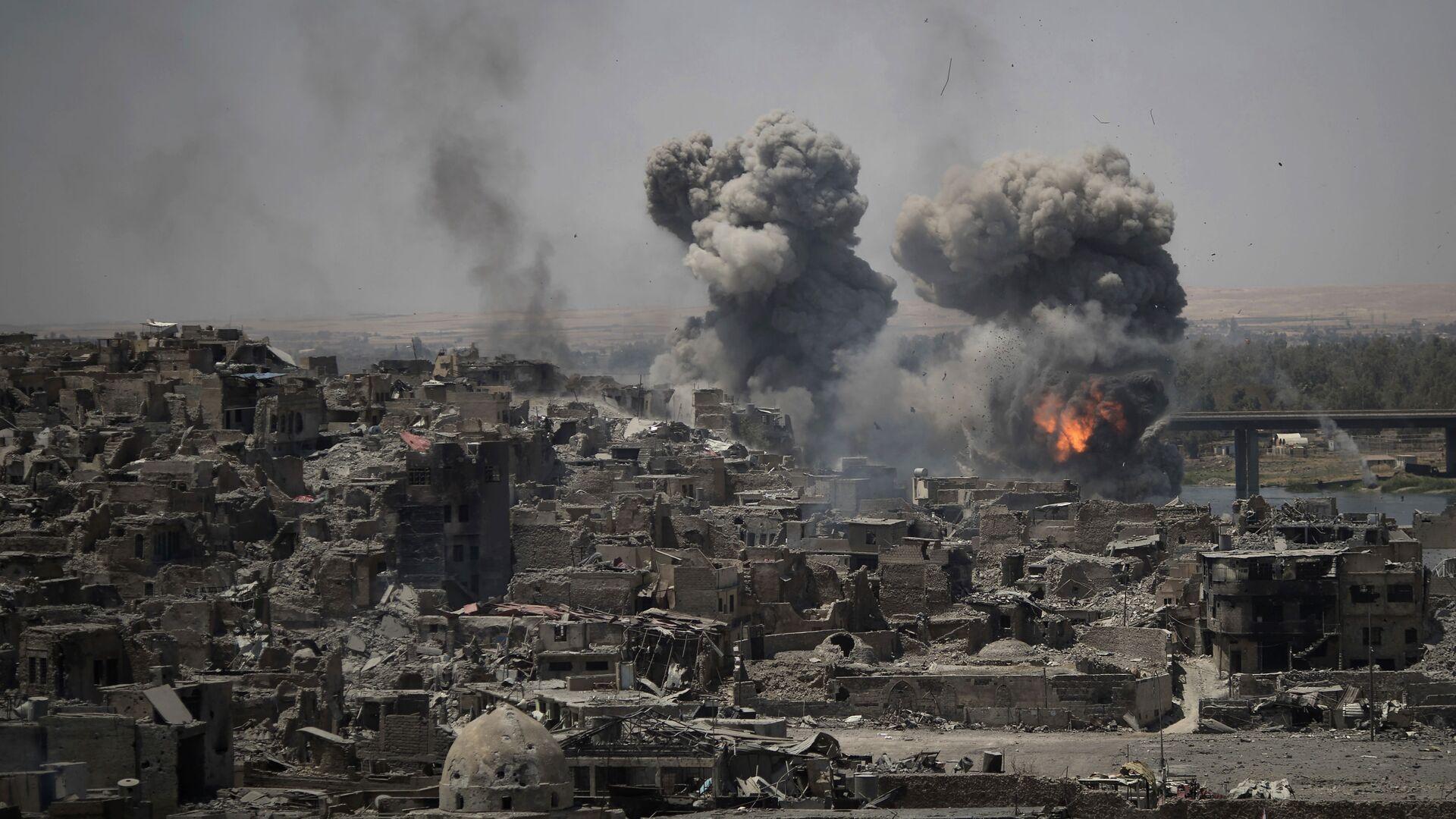 Nálety proti bojovníkům ISIS v oblasti Starého města v Mosulu v Iráku - Sputnik Česká republika, 1920, 22.05.2021