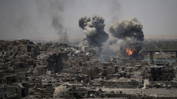 Авиаудары по боевикам ДАИШ в районе Старого города в Мосуле, Ирак - Sputnik Česká republika