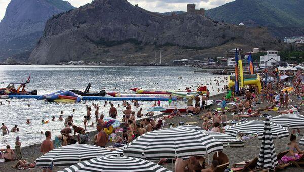 Turisté na pláži v Sudaku. - Sputnik Česká republika