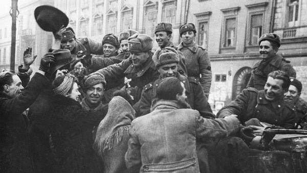 Obyvatelé osvobozeného Krakova vítají vojáky Rudé armády - Sputnik Česká republika