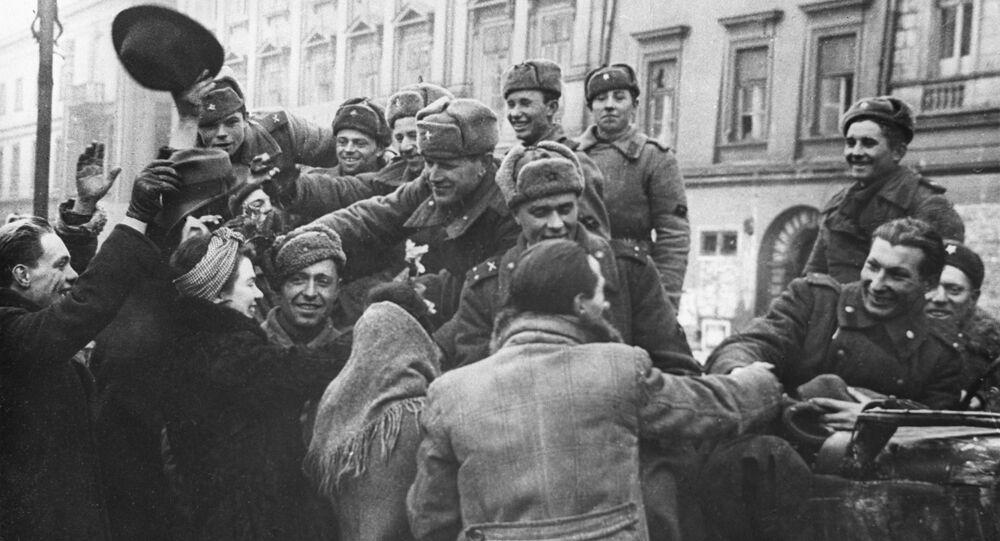 Obyvatelé osvobozeného Krakova vítají vojáky Rudé armády