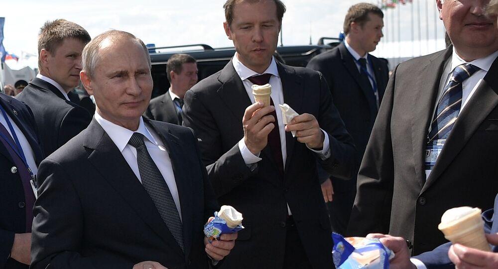 Putin na MAKS pohostil členy vlády zmrzlinou