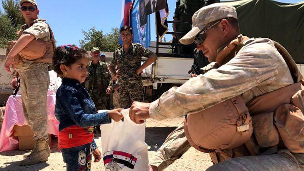 Ruské středisko pro usmíření znepřátelených stran dopravilo humanitární pomoc do syrské provincie Kunejtra - Sputnik Česká republika