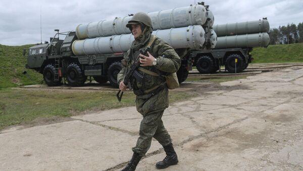 Voják vedle raketového kompletu S-400 - Sputnik Česká republika
