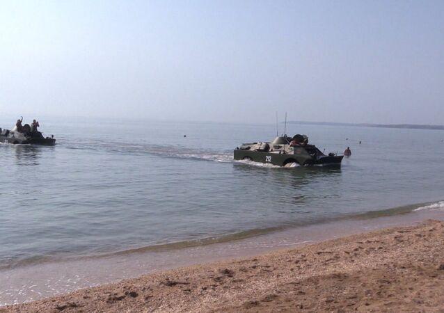 Dva obrněné transportéry BRDM-2 přepluly Kerčský průliv. Video