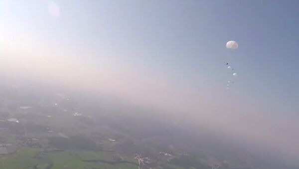 Seskoky výsadkářů na cvičeních v Číně - Sputnik Česká republika