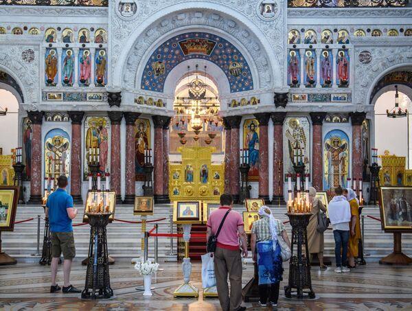 Centrem chrámu je oltář s ikonami z bílého mramoru s barevnými mozaikami - Sputnik Česká republika
