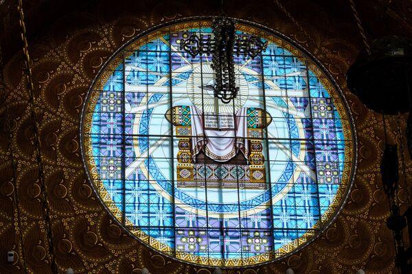 Všechna okna chrámu byla ze začátku vyzdobena vitrážemi - Sputnik Česká republika