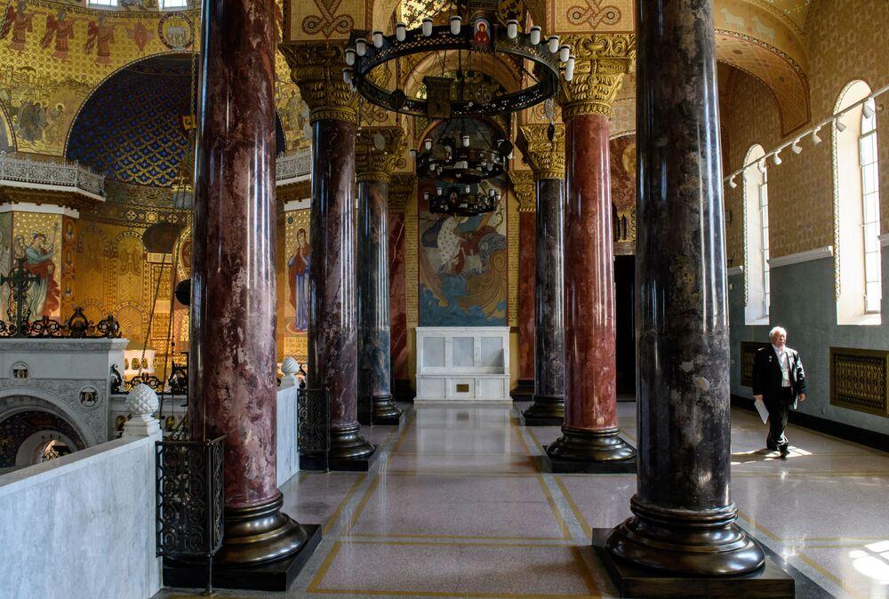 Galerie chrámu jsou vyzdobeny sloupy z umělého mramoru.