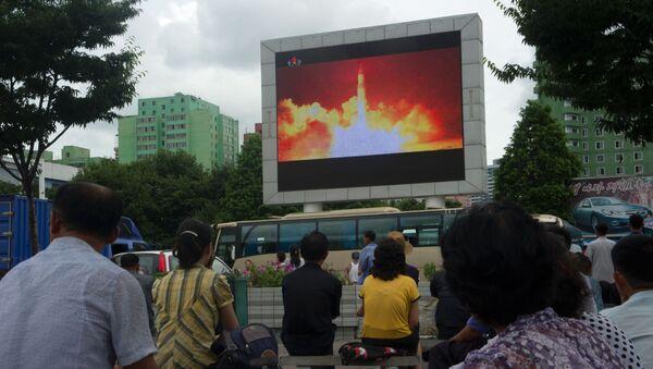 Na plátnu ukazují zprávy o startu rakety v KLDR - Sputnik Česká republika