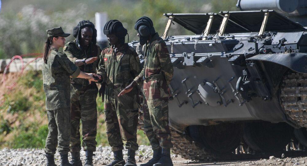 Zimbabwští vojáci během tankového biatlonu v Alabinu