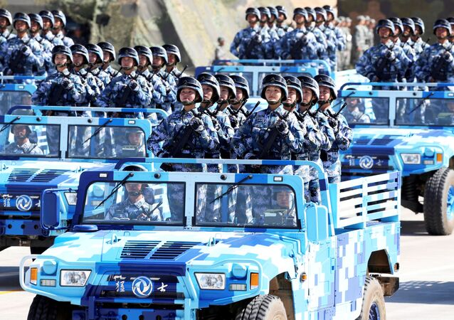 Čínské vojáčky během přehlídky na počest 90. výročí ČLOA