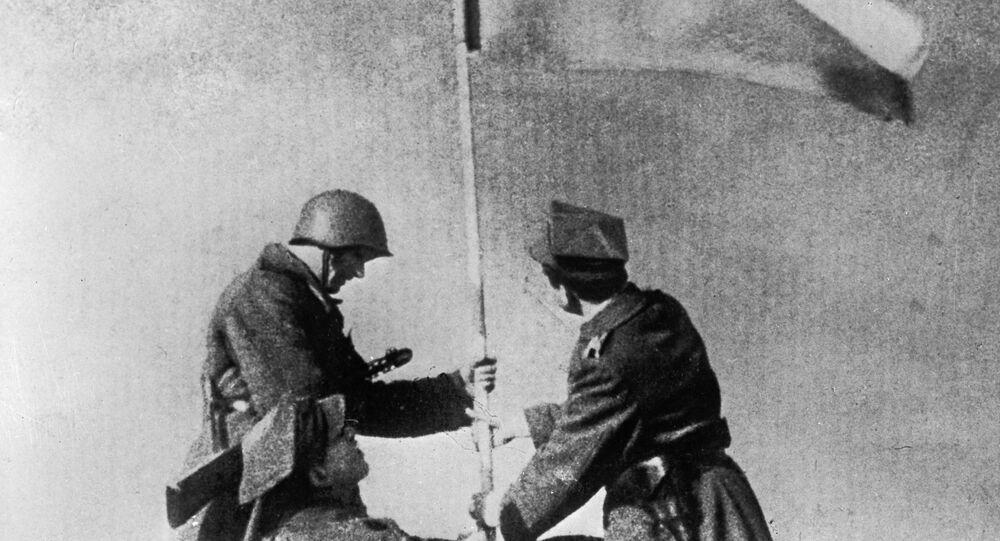 Sovětští a polští vojáci vztyčují vítězný prapor ve Varšavě v roce 1945