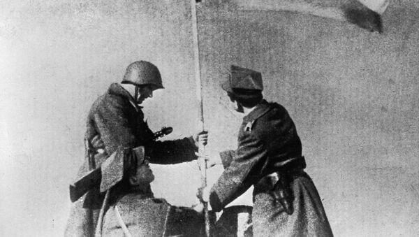 Sovětští a polští vojáci vztyčují vítězný prapor ve Varšavě v roce 1945 - Sputnik Česká republika