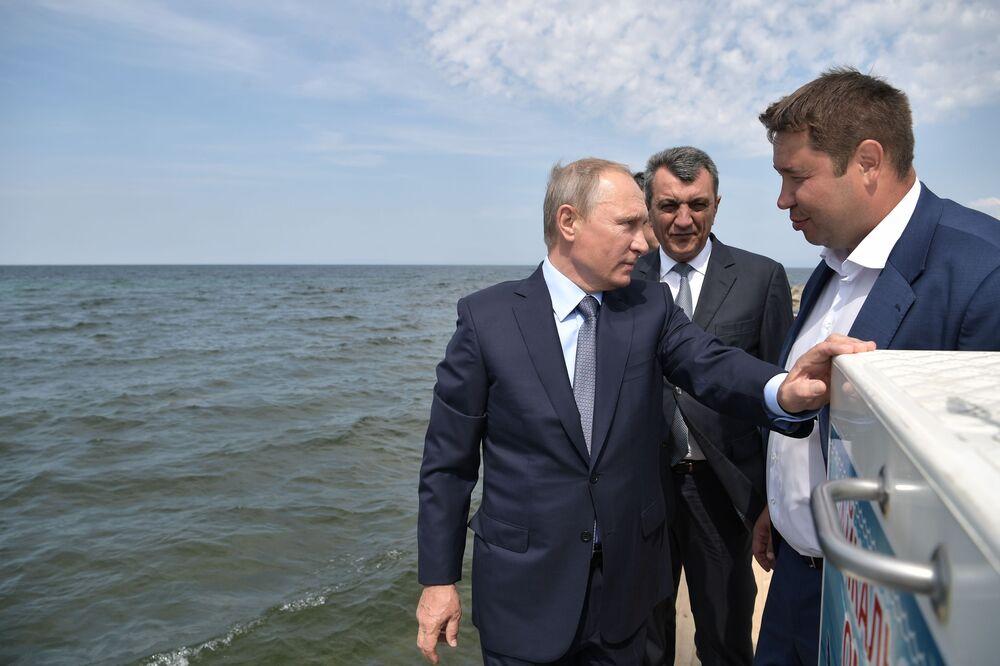 Prezident nejprve vypustil několik rybiček do jezera za pomoci síťky, poté i ostatní tím, že zatáhl za páčku na střeše kontejneru, kde bylo okolo 50 tisíc mláďat
