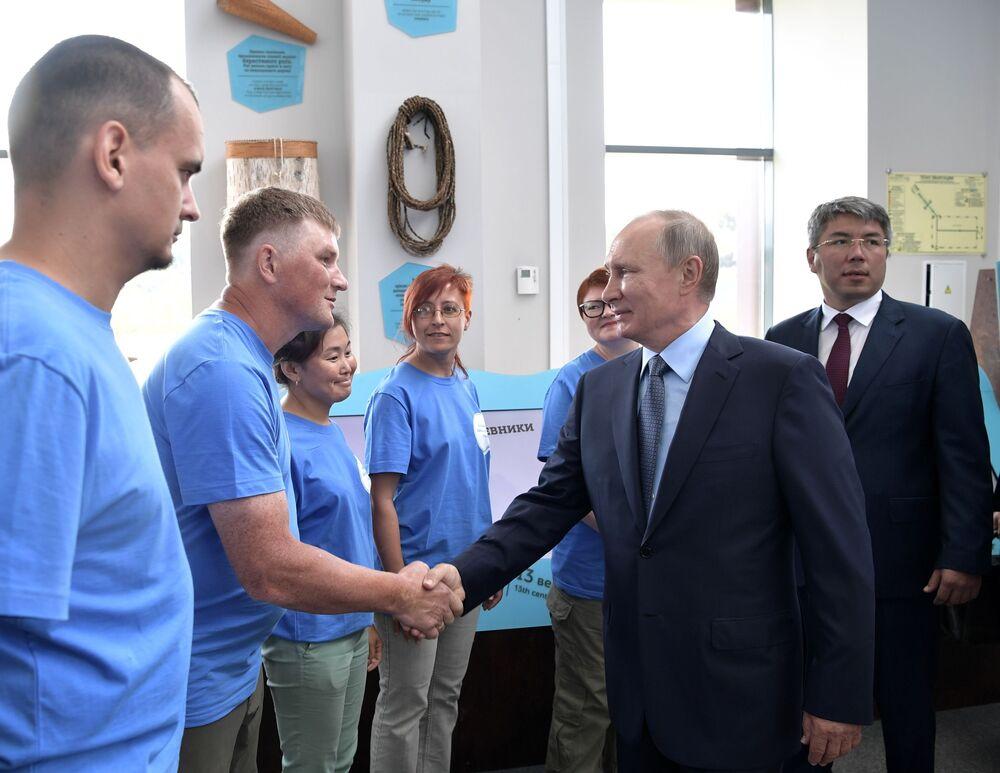 Ruský prezident Vladimir Putin během setkání s dobrovolníky společenské organizace Bolšaja Bajkalskaja tropa v Bajkalské státní přírodní rezervaci
