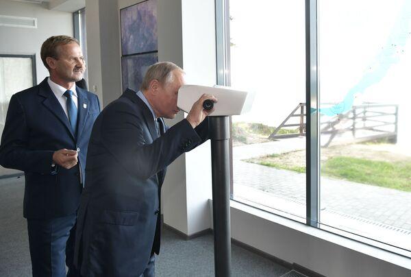 V turistickém centru Bajkalské rezervace prezident nahlédl do virtuálního dalekohledu, s jehož pomocí je možné vidět všechny pamětihodnosti Bajkalu - Sputnik Česká republika