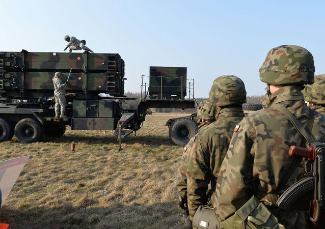 Američtí a polští vojáci kolem systému protivzdušné obrany Patriot