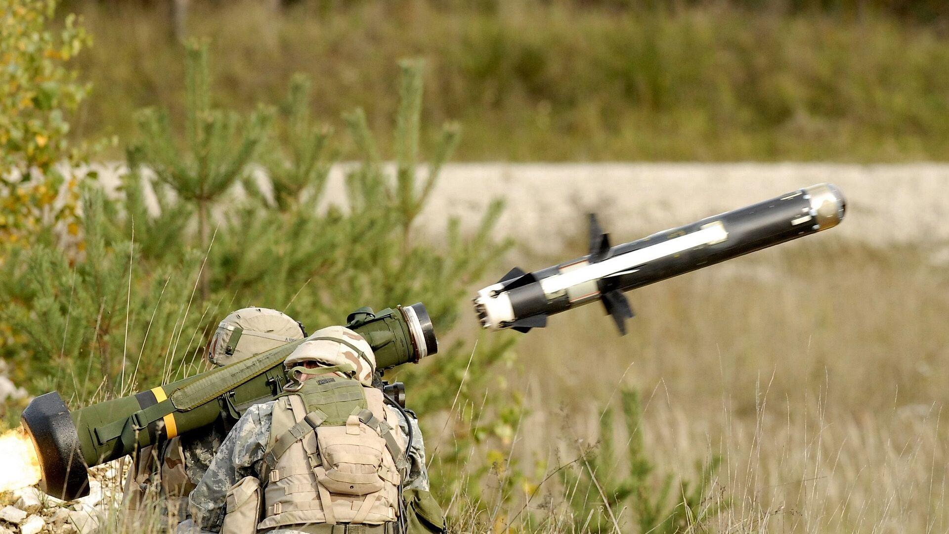 Američtí vojáci pálí z přenosného protitankového raketového kompletu FGM-148 Javelin - Sputnik Česká republika, 1920, 17.06.2021