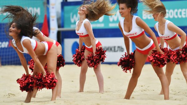 Roztleskávačky na utkání třetí etapy Euroligy v plážovém fotbalu mezi ruskou a běloruskou reprezentací v Moskvě - Sputnik Česká republika