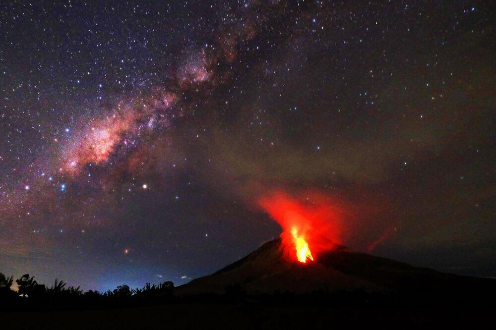 Erupce sopky Sinabung v Indonésii