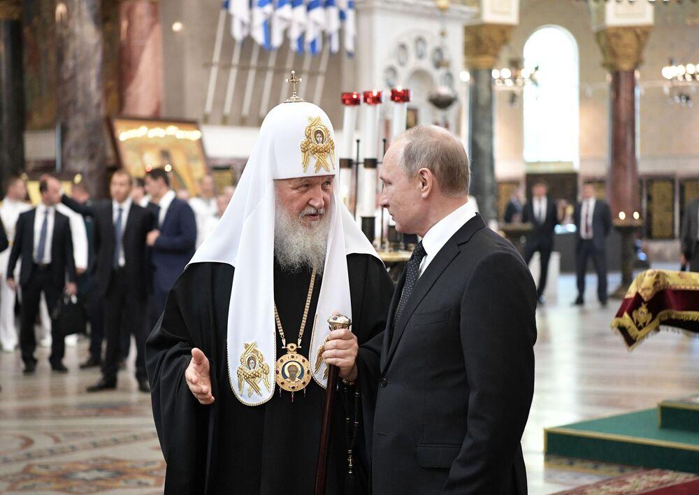 Patriarcha Moskevský a celé Rusi Kirill a prezident RF Vladimir Putin navštěvují Nikolský Mořský chrám v Kronštadtu v Den vojenského námořnictva