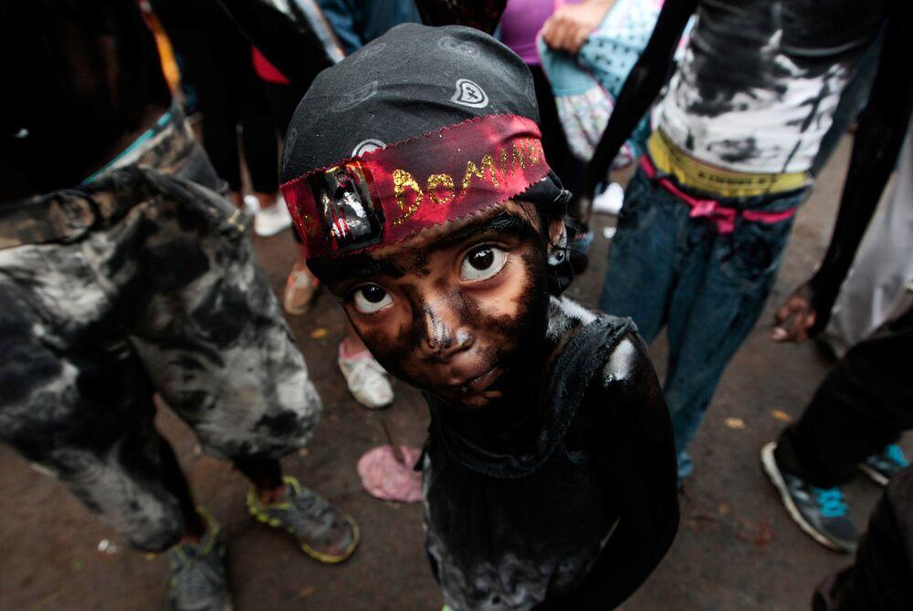 Děvčátko omazané strojním olejem na oslavách ochránce Managua, svatého Dominga de Guzmana, Nikaragua
